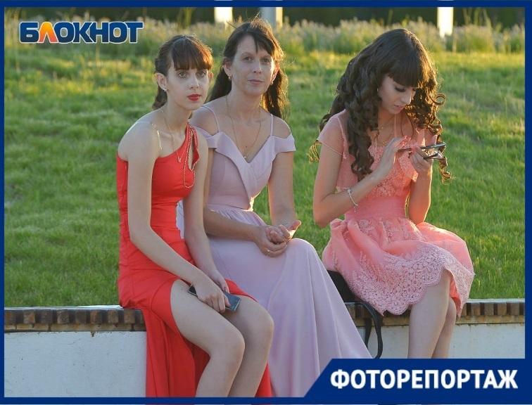 Красивый праздник прощания волгоградских выпускников со школой попал в объектив фотографа