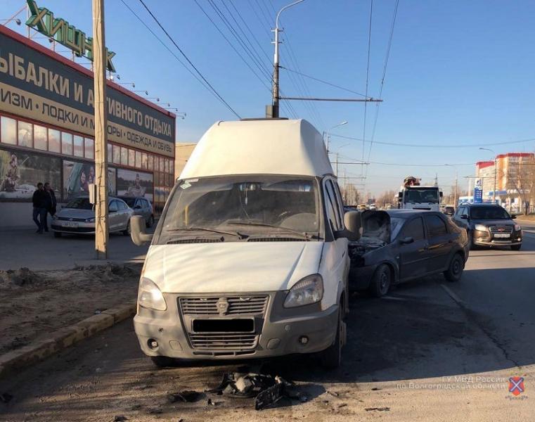 Пять человек пострадали в ДТП маршрутки и иномарки на юге Волгограда