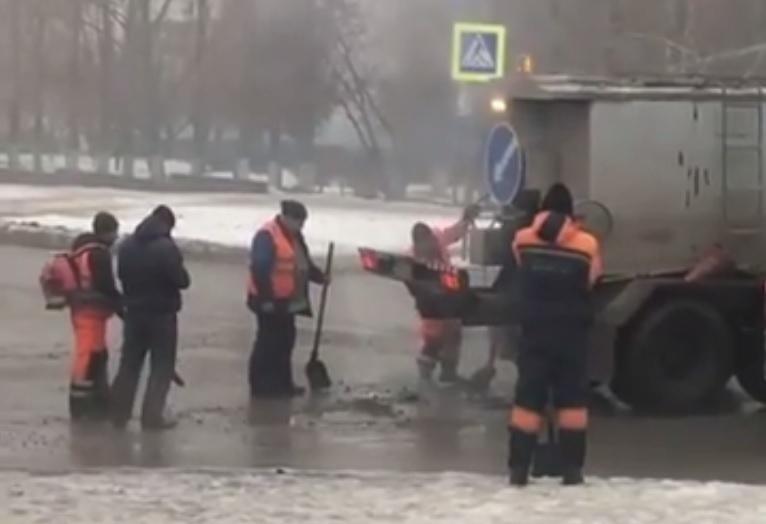 ВВолгограде дорожники заделывают ямы на дорогах