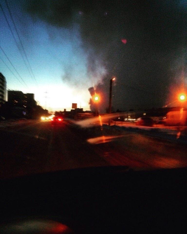 Пожарные больше часа пробуют потушить горящий личный дом вДзержинском районе Волгограда