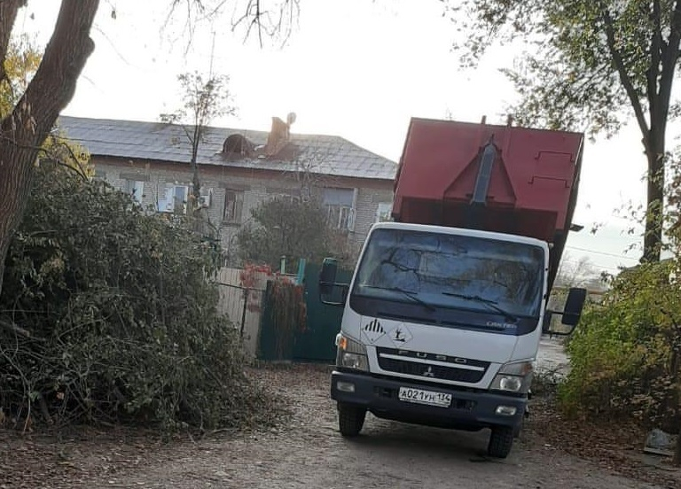 После публикации «Блокнот Волгоград» убрали завалы из веток во дворе жилого дома