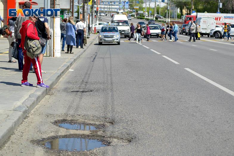 Наследие ЧМ: огромные ямы на отремонтированной дороге на 7- Гвардейской попали в объектив фотографа