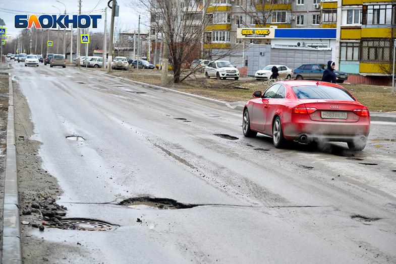 Разбитую в хлам дорогу на улице Репина запечатлел волгоградский фотограф