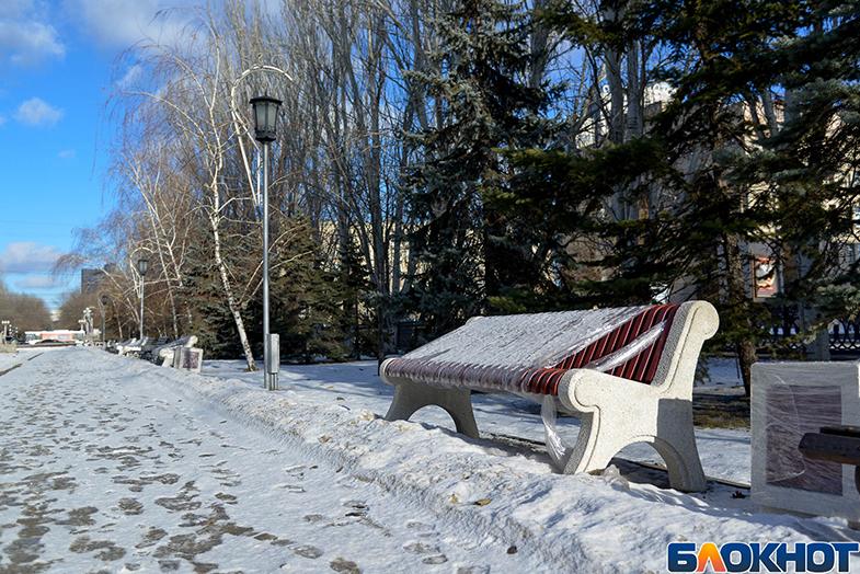 Настала эпоха перемен: на бульваре в центре Волгограда меняют скамейки