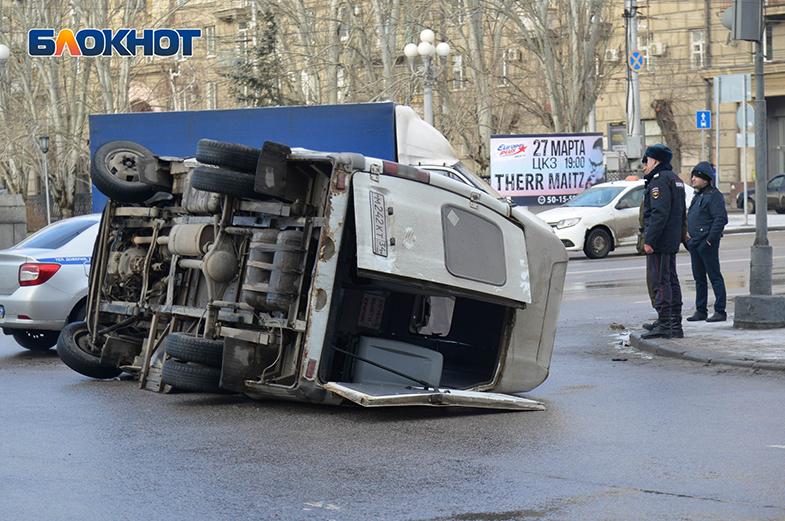 В центре Волгограда  Kia Rio перевернул маршрутку с пассажирами