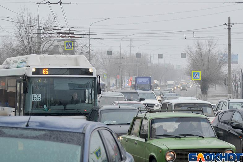 Многокилометровая пробка в Дзержинском районе Волгограда парализовала движение автомобилистов