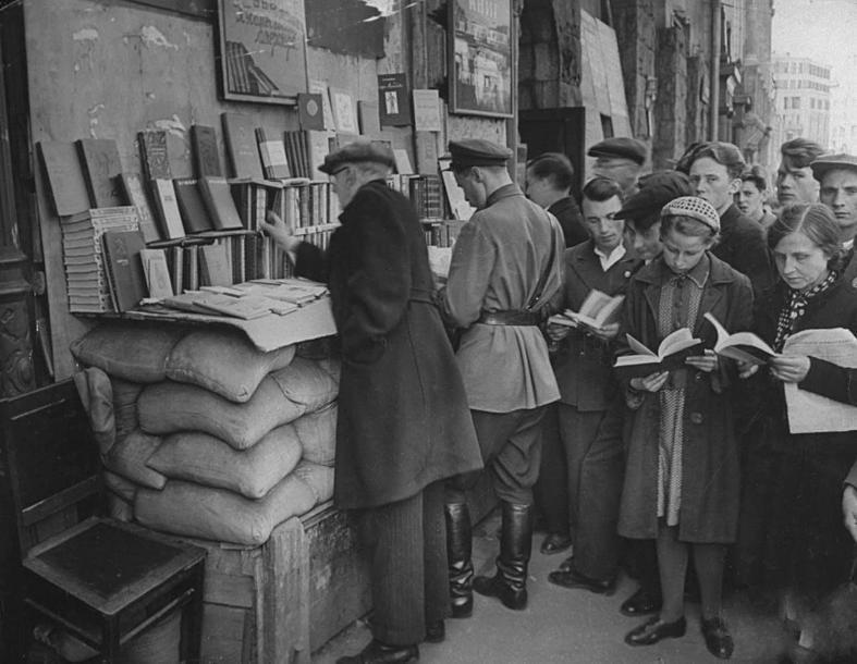 Что читали и какое кино смотрели жители на развалинах Сталинграда