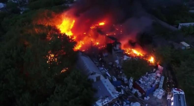 60 пожарных тушили горящий склад в Краснооктябрьском районе Волгограда