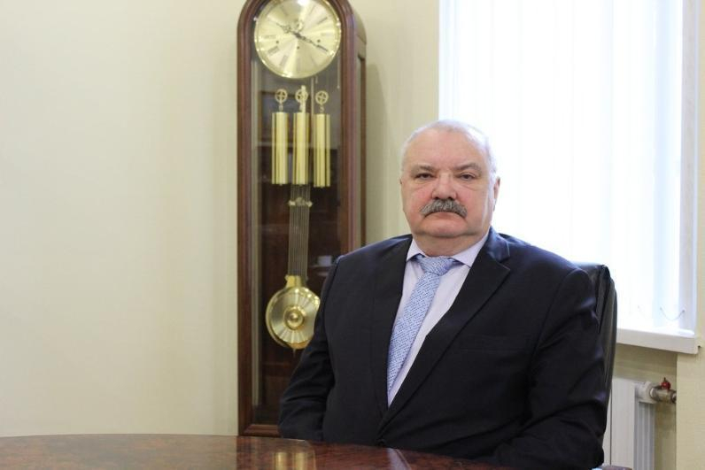 Подарки, цветы и поздравления принимает самый главный «учитель» волгоградских чиновников