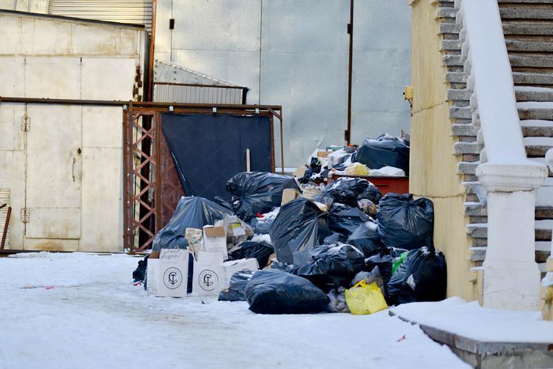 Волгоградский театр НЭТ завалили мусором