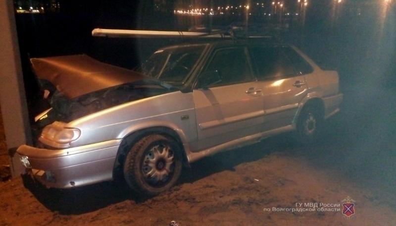 Молодой шофёр «ВАЗ» разбил голову, врезавшись встолб вВолжском