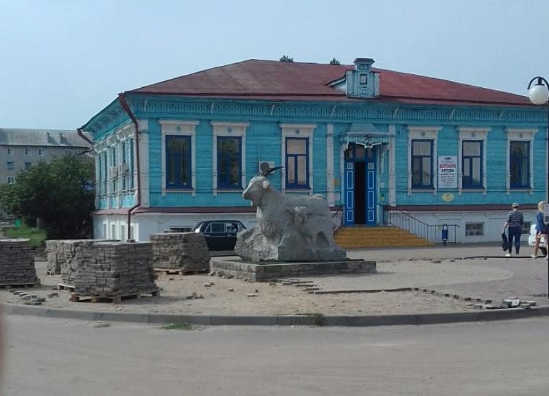 «Убого все», - волгоградец возмутился состоянием вокруг памятника козе в столице российской провинции – Урюпинске