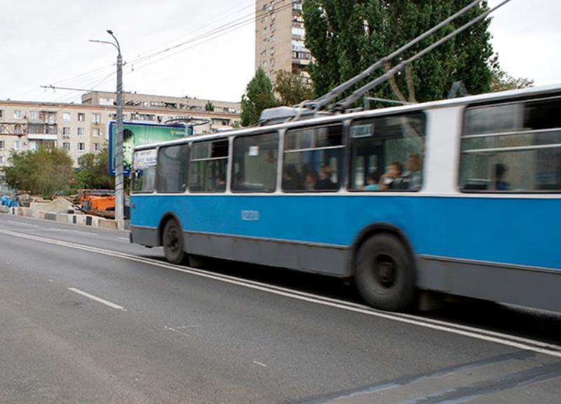 Столкновение общественного транспорта заблокировало движение троллейбусов в Волгограде