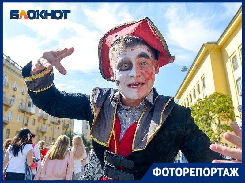 Молодожены и «Серый волк»: 8 тысяч студентов прошли колонной по центру Волгограда