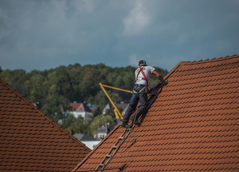 Бетонщик на стройке сорвался с 7-метровой высоты в Волгоградской области