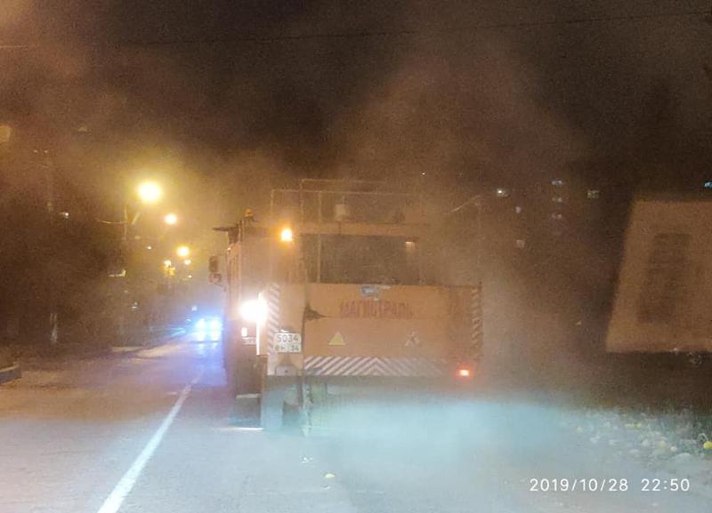 «Пыль столбом»: издевательскую чистку пылесосом волгоградских дорог снял на видео общественник
