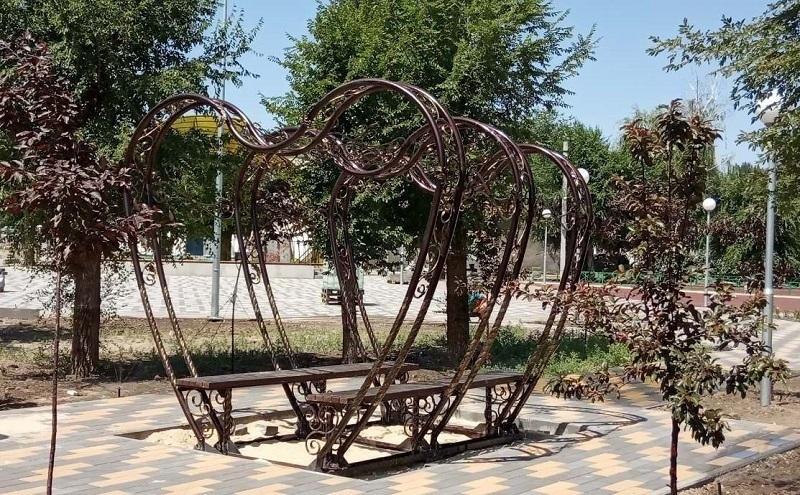 Трехметровые скамейки для влюбленных установили в парке на юге Волгограда
