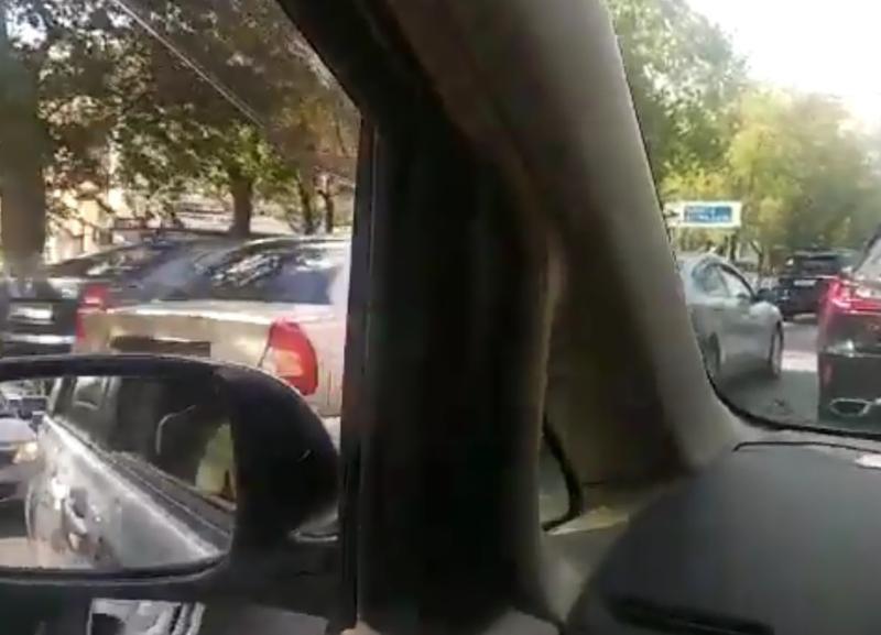 Двойная авария «парализовала» улицу Невскую и Белый Аист в Волгограде