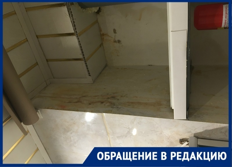 Ржавые стены и потолок  - новый интерьер для жителей дома на юге Волгограда из-за бездействий УК