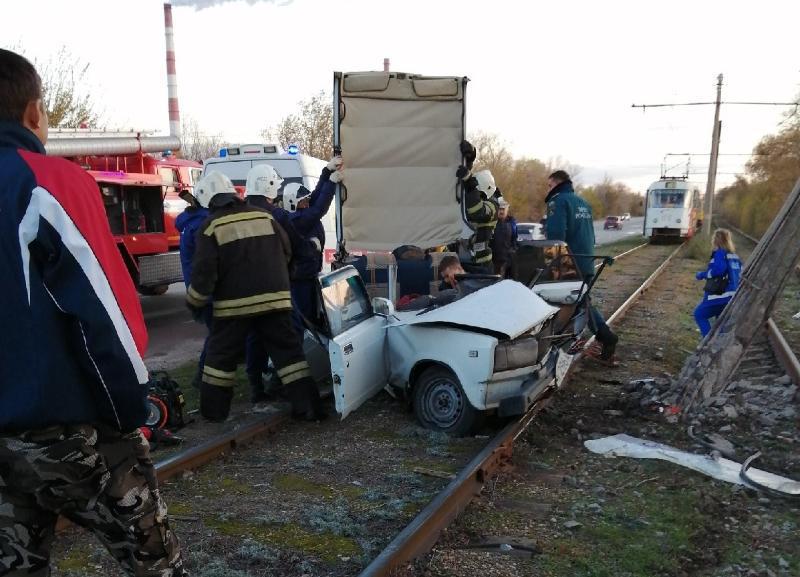 «Семерка» превратилась в груду металла после столкновением с опорой трамвайных проводов в Волжском