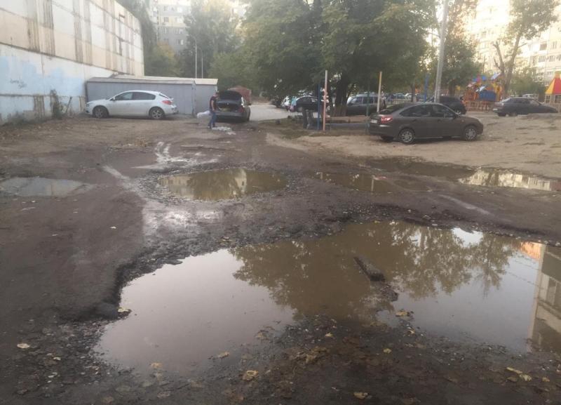 На «убитой» внутриквартальной дороге в Волгограде машины теряют бампера