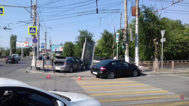 Наехал на волгоградку и рекламный щит: на видео попала авария с двумя иномарками и пешеходом