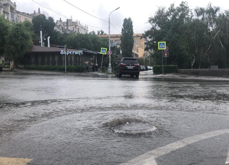 До уровня Музкомедии забило ливневую канализацию в Волгограде