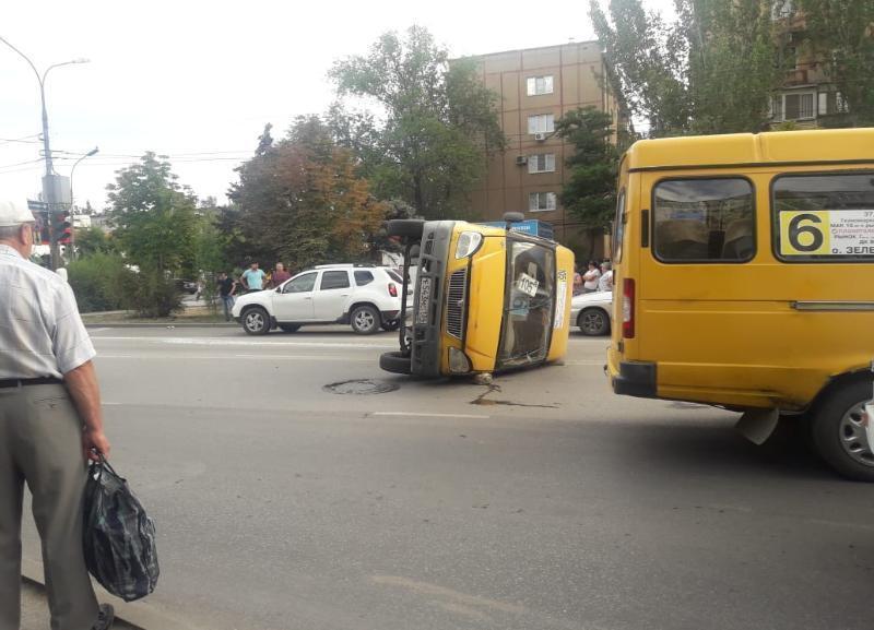 На видео попала перевернувшая маршрутка в Волжском