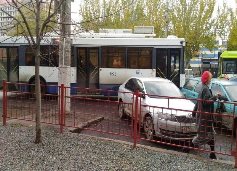 Сдачу с тысячи рублей не смогли дать волгоградке в троллейбусе и выгнали на улицу