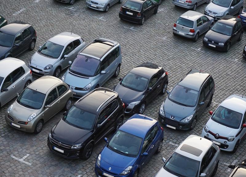 Водитель Renault Logan на парковке в Волгограде сбил 80-летнюю женщину