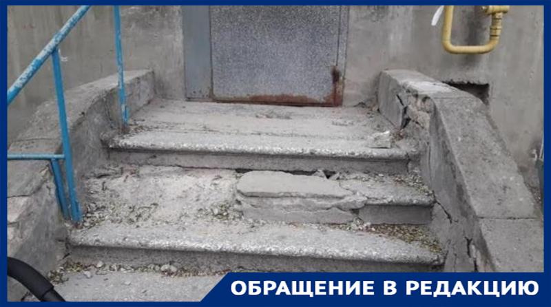 «Вместе с маленькой внучкой я поскользнулась и упала», – волгоградка о разбитой лестнице у подъезда