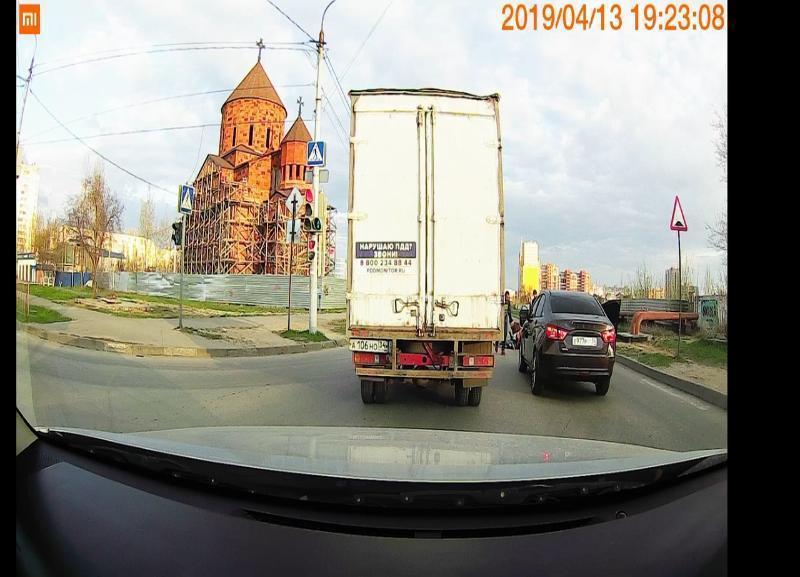 Водитель за рулем LADA с заклеенными номерами в Волгограде сбил девочку