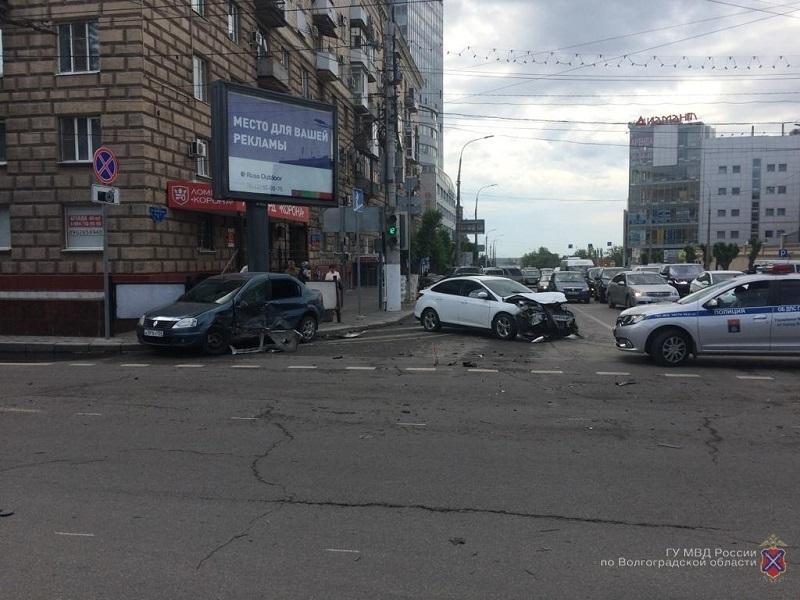 Стали известны подробности попавшего на видео ДТП на улице Комсомольской в Волгограде