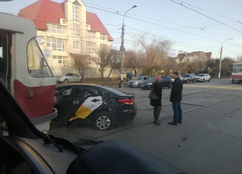 Машина «Яндекс.такси» протаранила трамвай в Волгограде