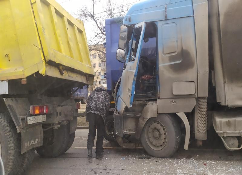 Три большегруза и 2 легковушки столкнулись около администрации Советского района Волгограда