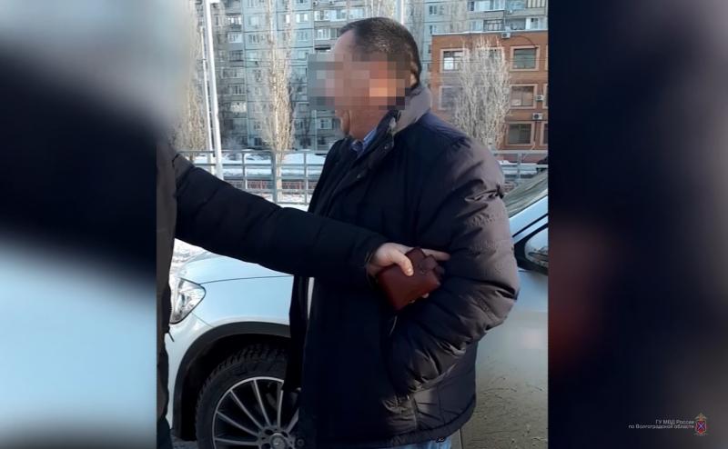 Предприимчивый волгоградец попытался откупиться 200 тысячами рублей за восемь тонн поддельного алкоголя