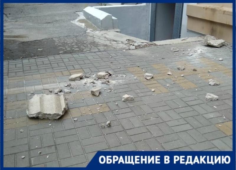 Карниз жилого дома рухнул в центре города в Волгограде