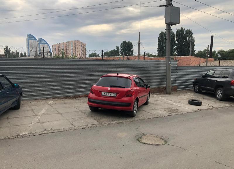 Автоледи на красном Peugeot и шина - мастера парковки в Волгограде