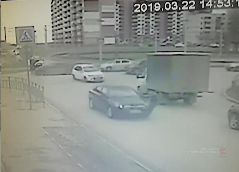 Опубликовано видео с иномаркой, сбивающей 12-летнего школьника в Волжском