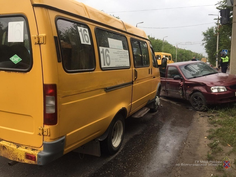 Hyundai протаранил маршрутку №16 и иномарку в Волжском: 2-летний ребенок в больнице