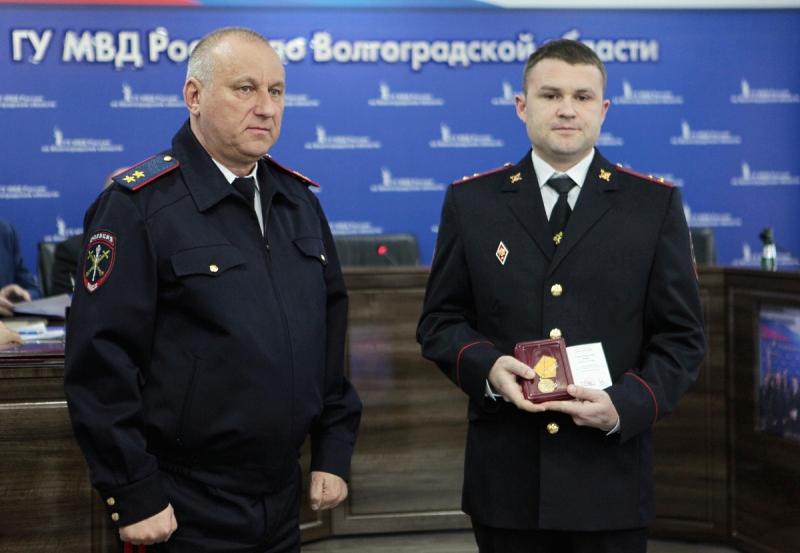 Полицейского наградили за спасение пенсионерки на пожаре в Михайловке