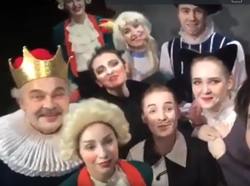 Кот в сапогах и артисты молодежного театра поздравили читателей «Блокнота Волгограда» с Новым годом