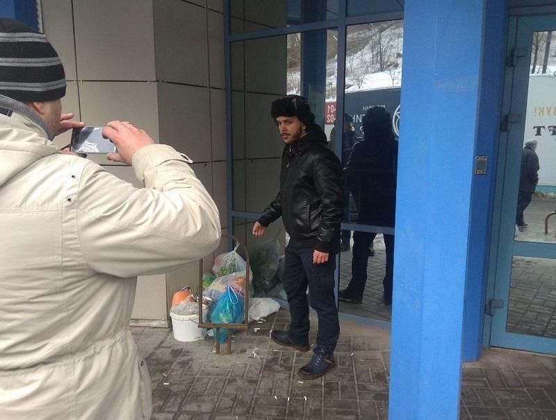 Волгоградцы принесли мусор к дверям офиса нового регоператора