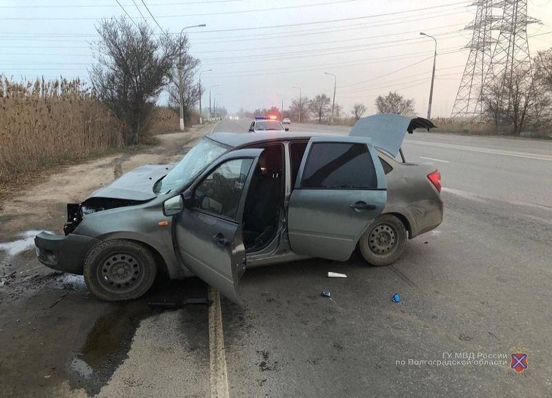 Водитель LADA уснул за рулем и врезался в столб в Кировском районе Волгограда