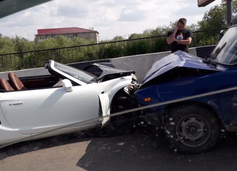 Кабриолет и «шестерка» столкнулись в Красноармейском районе Волгограда