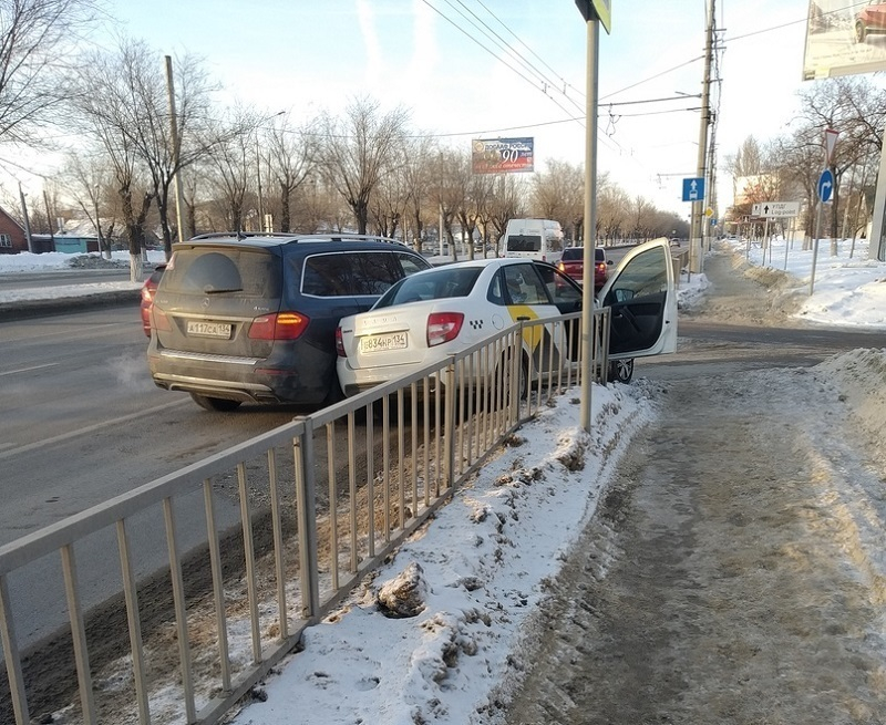 Mercedes притер таксиста и его пассажира к забору на западе Волгограда