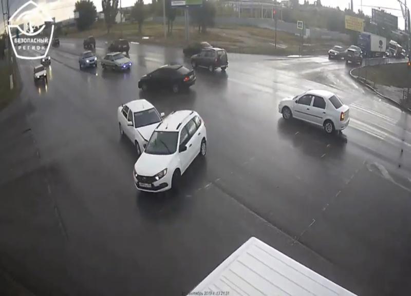 На видео попало тройное ДТП в Волгограде из-за водителя, игнорировавшего правила