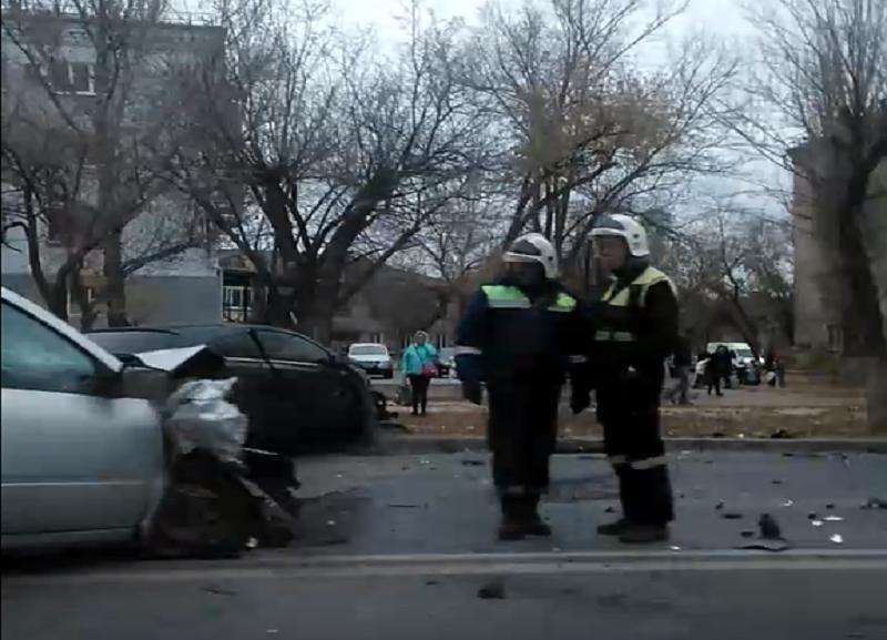 Две машины столкнулись «лоб в лоб» на севере Волгограда