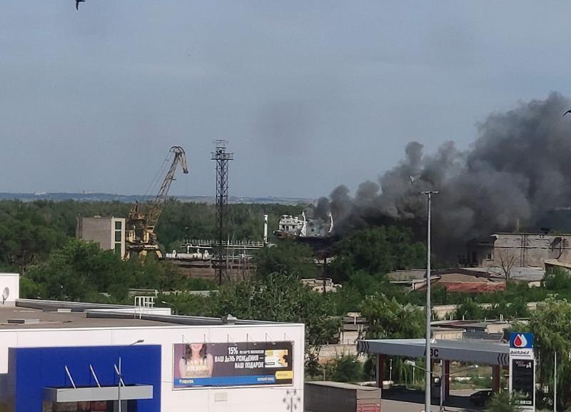 На судостроительном заводе в Волгограде загорелась баржа