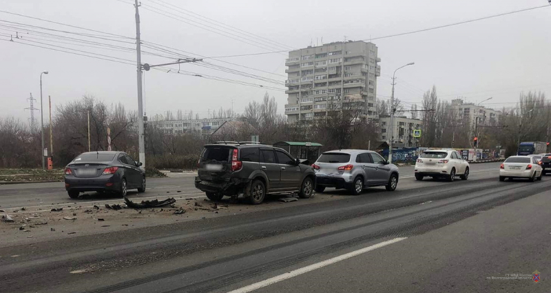 Четыре автомобиля столкнулись на юге Волгограда: двое в больнице